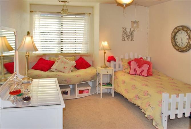 http://www.listingproducer.com/Uploads/10/80/11080/45146/Photos/girls_bedroom.jpg